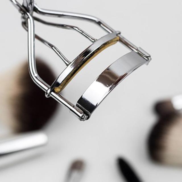 לוגו לקוחות_0001_eyelash-curler-1761855_640